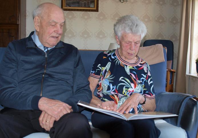 Maarten en Sien Busker gingen 90 keer op eigen houtje met hulpgoederen naar Polen. Daar hebben ze ook Lech Wałesa ontmoet.