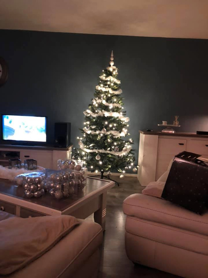 Martin Mestebeld stuurde deze foto in. De verpakkingen met kerstballen liggen nog  op tafel. Zou hij door het verhaal van de familie Looijenga de kerstkriebels hebben gekregen?