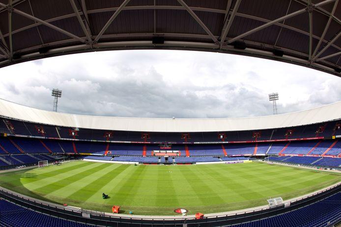 Doorvoetballen in lege stadions of er toch gewoon een streep onder zetten?