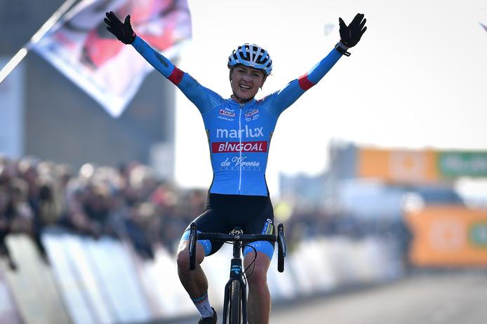 Denise Betsema viert haar zege in Middelkerke. Na afloop van deze race testte ze positief.
