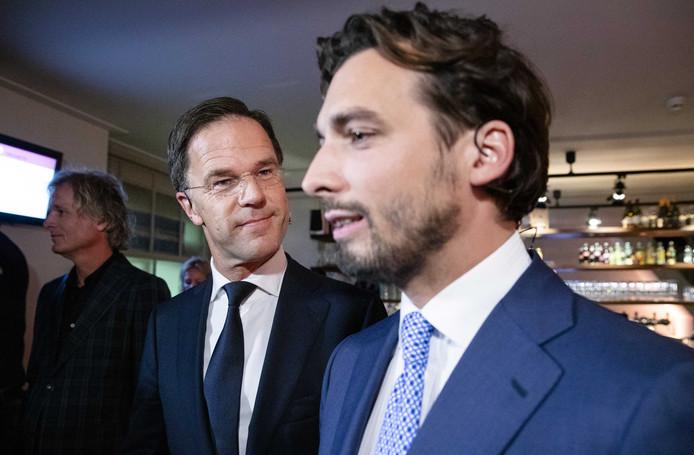 Thierry Baudet (Forum voor Democratie) en VVD-leider Mark Rutte voorafgaand aan een debat in de Rode Hoed onder leiding van presentator Jeroen Pauw (helemaal links op de foto).
