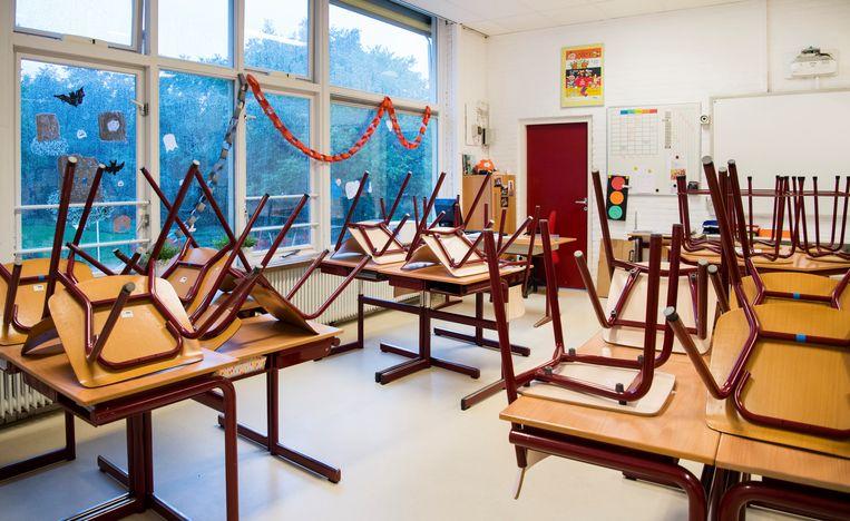 Een leeg klaslokaal. Basisscholen in Nieuw-West gaan deze week dicht vanwege het lerarentekort.  Beeld ANP