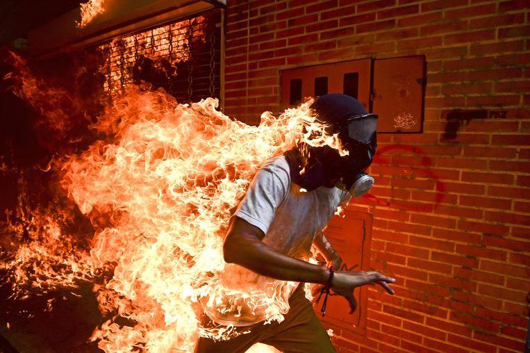 Brandende demonstrant in Caracas, Venezuela Beeld Ronaldo Schemidt/AFP