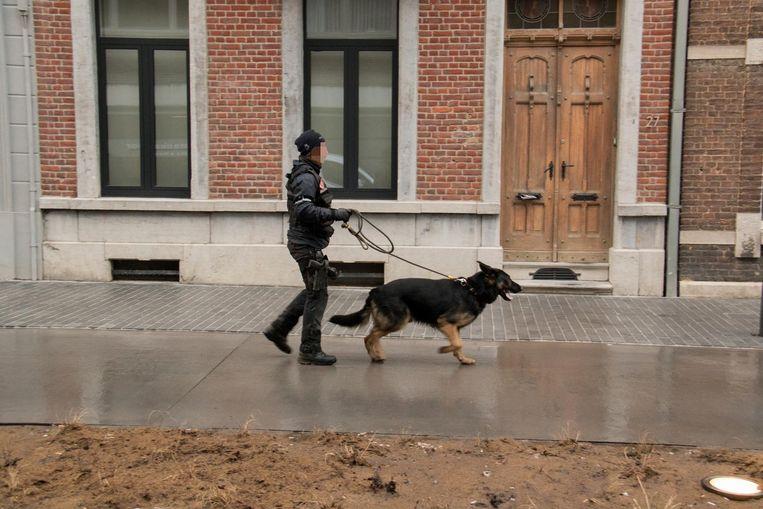 Met speurhonden werd vrijdagnamiddag gezocht naar de verdachte.