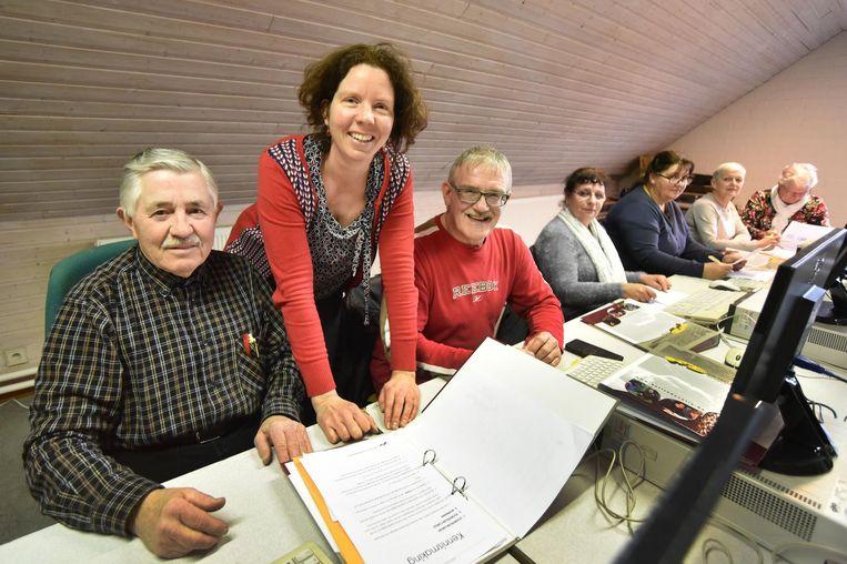 Staf, Leo, Maike, Karin, Jeanine en lesgeefster Sofie van 'Mee met de pc'.