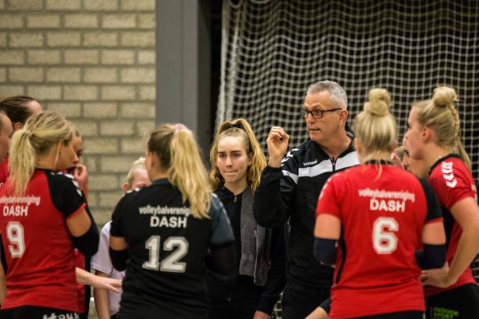 Henk Wahl promoveert met de volleybalsters van Dash naar de eerste divisie.