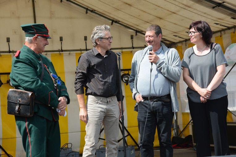 Gewezen champetter Luc sprak het publiek een laatste keer toe. Gerry Noens (links) volgt hem na twaalf jaar op.