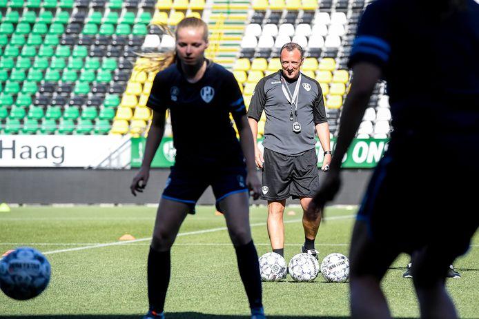 Oud-speler Sjaak Polak traint het hoogste vrouwenteam van ADO.
