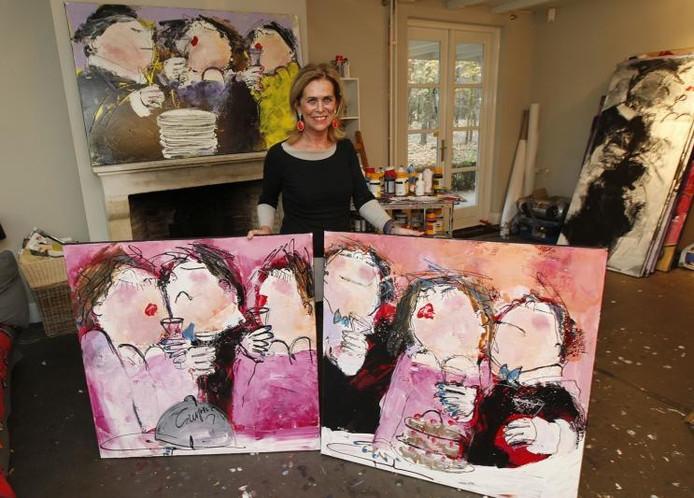 """Gerdine Duijsens in haar atelier te Lieshout (bij Eindhoven) met één van de eettaferelen, waar ze bij de Librije zo gek op waren. """"Nu werd ik als copycat beschouwd, dat was mijn creatieve eer te na"""". foto Ton van de Meulenhof"""