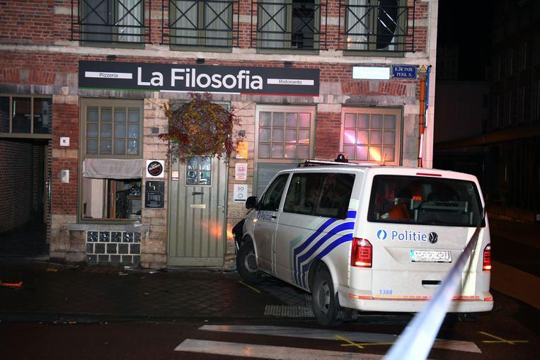 De politiecombi was verwikkeld in een wilde achtervolging en kwam tot stilstand tegen de gevel van restaurant La Filosofia.