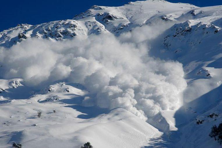 Illustratiebeeld. De vrouw was op 2.500 meter hoogte met haar broer buiten de piste aan het snowboarden toen een sneeuwmassa los kwam van de berg. In het gebied geldt een groot lawinerisico wegens veelvuldige sneeuwval.