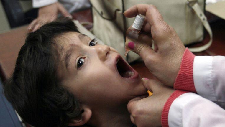 Een Syrisch kind in Damascus krijgt een vaccinatie tegen polio. Beeld afp