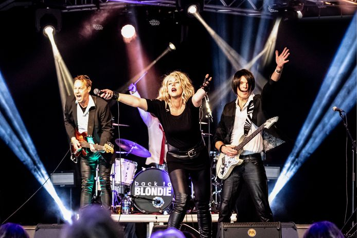 De Nijmeegse tributeband Back to Blondie, met links bassist Menno Bemelmans.