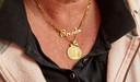 Corrie Vroombout draagt kettinkjes met Brenda's naam en een foto gegraveerd in een gouden hanger.