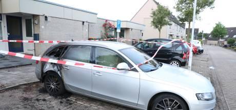 Auto zwaar beschadigd door brand in woonwijk in Ede