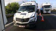 Bestelwagen in aanrijding met twee vrachtwagens: 1 lichtgewonde