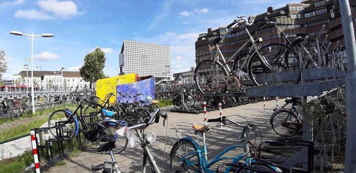De fietsen die zondagmiddag nog niet waren opgehaald van het Smakkelaarsveld worden met een slijptol losgemaakt en verwijderd.