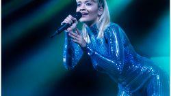 Rita Ora maakt het bloedheet in Trix