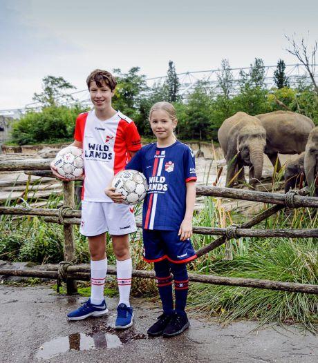 Jonge FC Emmen-fans dragen niet logo seksspeeltjesgigant maar naam dierentuin op hun shirts