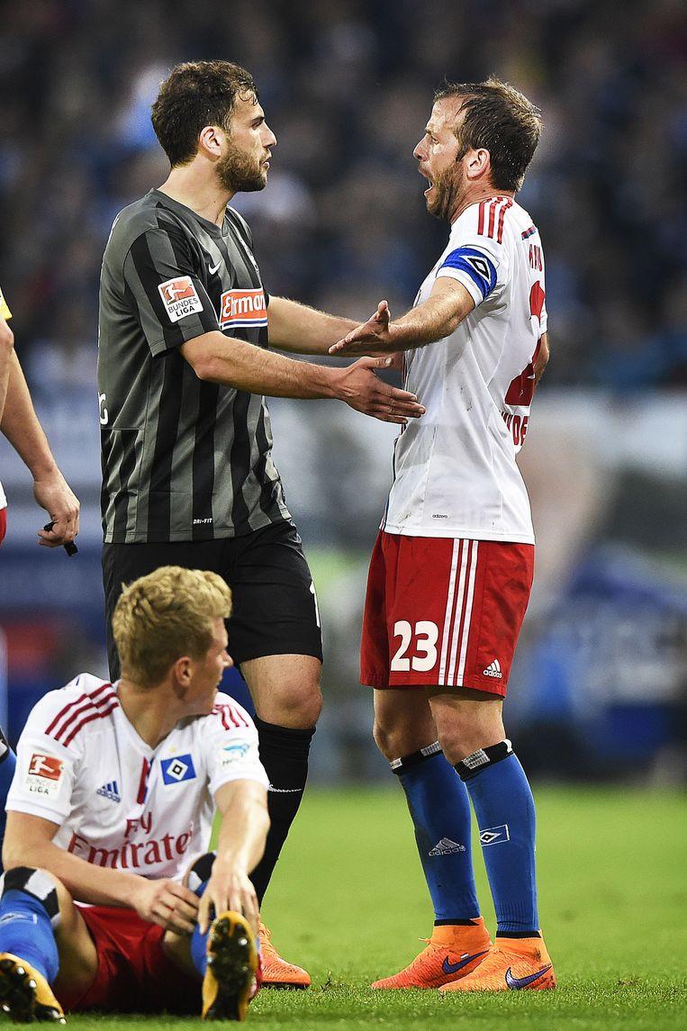 Rafael van der Vaart maakt ruzie met Stefan Mitrovic. Beeld Guus Dubbelman / de Volkskrant
