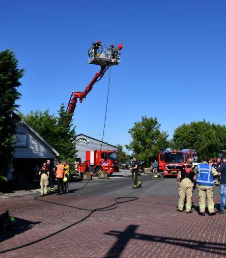 Brand bij motorzaak De Knalpot in Rilland, veel brandweer opgeroepen