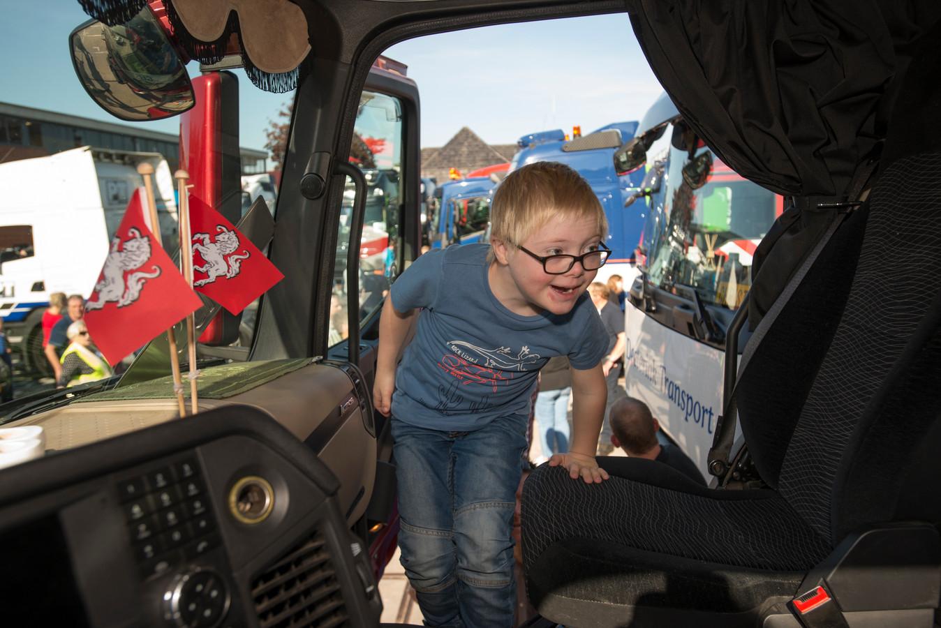 Beeld uit 2018 van een truckrun door Hof van Twente. Gijs uit Markelo is dolblij als hij bij Rik mee mag in de vrachtwagen.