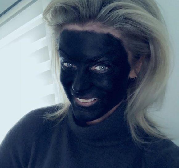 Joyce De Troch schildert zichzelf zwart.