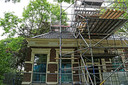 De 130 jaar oude oude rentenierswoning in Loppersum, beschadigd door de aardbevingen, staat in de steigers.