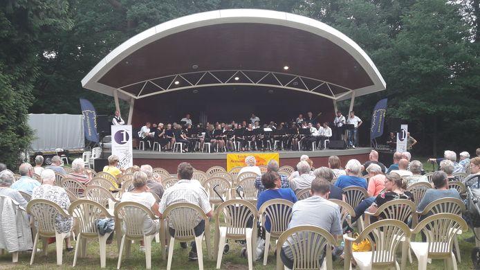 Schouder aan schouder een optreden aanschouwen, zoals hier in 2018 bij een concert van muziekvereniging De Eendracht, is er deze zomer niet bij in het Beeklustpark