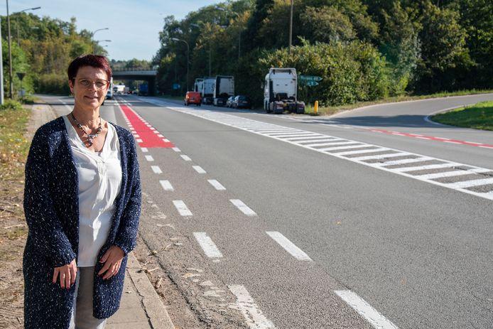 Schepen van Mobiliteit Kristien Vanhaverbeke (N-VA) op de Beerselsestraat waar ook aan het op- en afrittencomplex de oversteekplaatsen voor fietsers een rood kleurtje kregen.