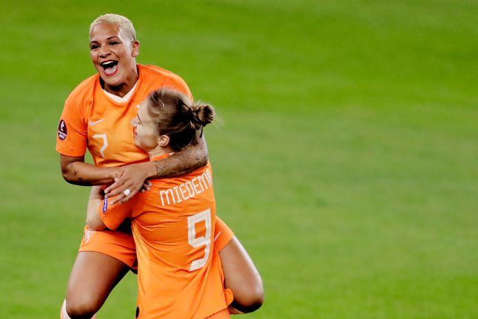 Shanice van de Sanden en Vivianne Miedema vieren een goal.