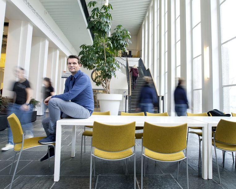 Jacob Eikelboom in een gebouw van de HvA. Beeld Maartje Geels