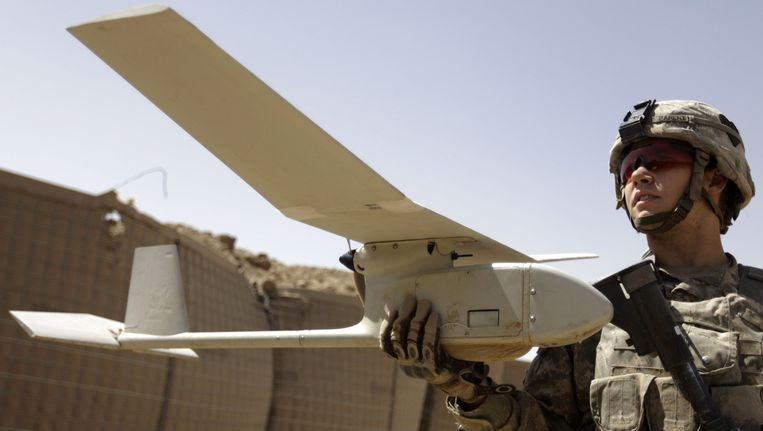 Een Amerikaanse militair met een drone in Afghanistan, in 2010. Beeld afp