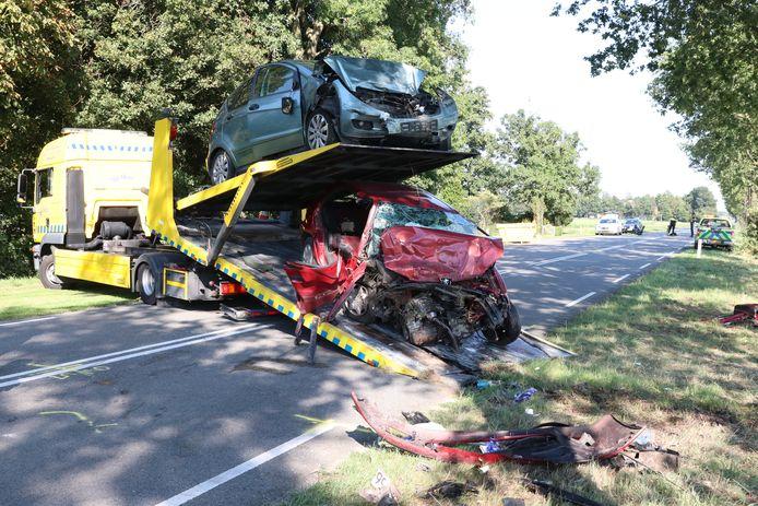 De beschadigde auto's werden na de crash meegenomen door een berger.