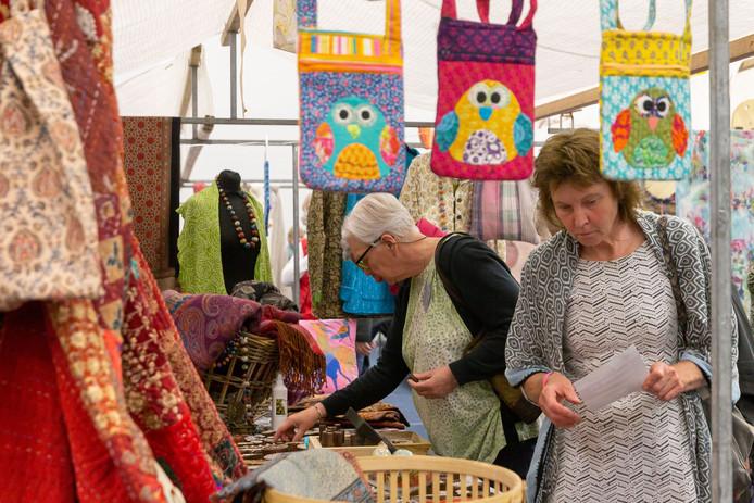 De kramenmarkt in Oldemarkt met diverse spullen op gebied van textiel. Foto: Pedro Sluiter