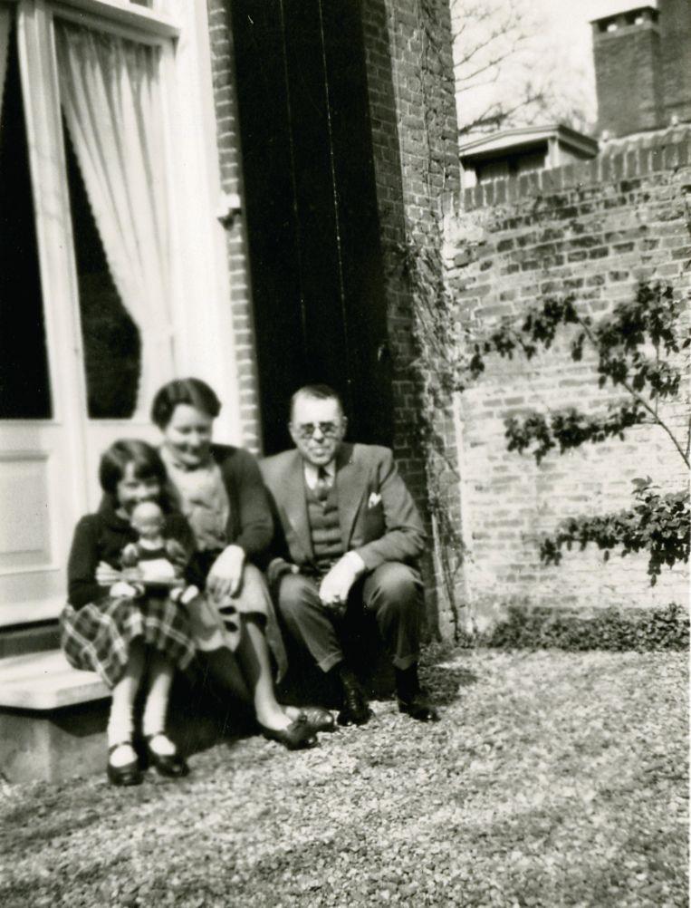 Audrey (5) met tante Meisje en oom Otto in 1935. Beeld Dotti Collection
