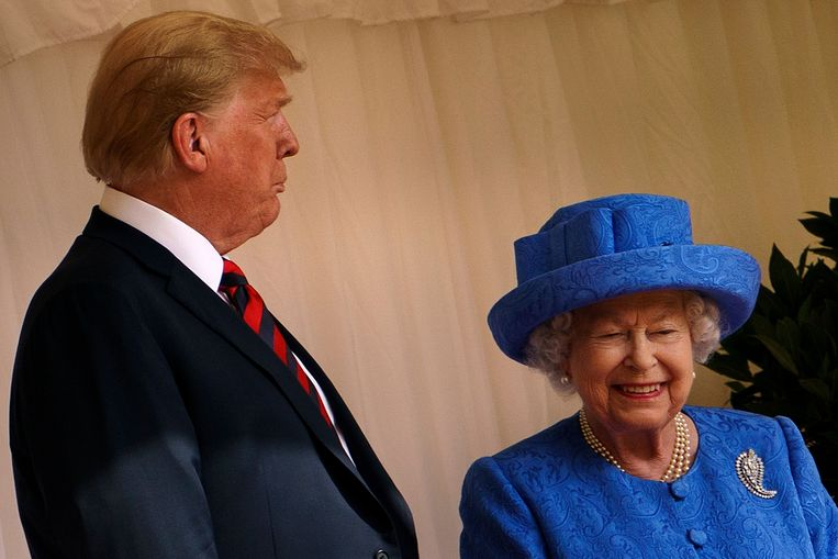 De Amerikaanse president had tijdens de tweede dag van zijn bezoek aan Groot-Brittannië ook een ontmoeting met de Britse koningin Elizabeth. Daarvoor inspecteerde hij de erewacht op Windsor Castle, ten westen van Londen.  Beeld AFP