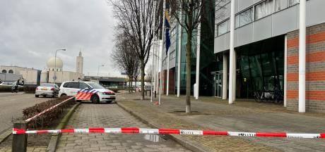 Politie schiet man (32) neer die met mes bureau in Den Bosch probeert binnen te dringen