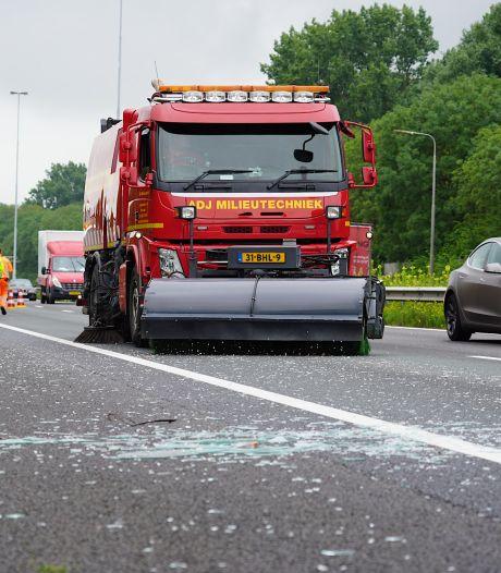Vrachtwagen verliest lading op A27 bij Hank: glas en hout opgeruimd