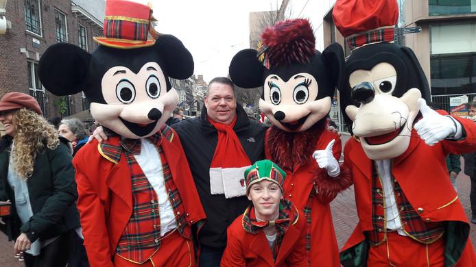 René Kraaijenbrink tussen Micky, Minnie en Goofy tijdens de kerstmarkt in Arnhem