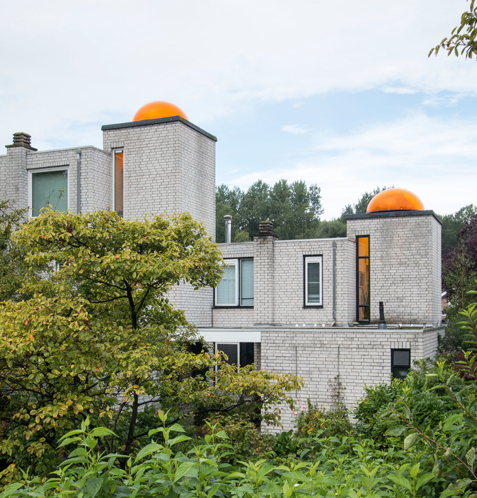 De markante oranje koepeltjes in Meerzicht uit de jaren 70 springen ook in 2019 nog in het oog.