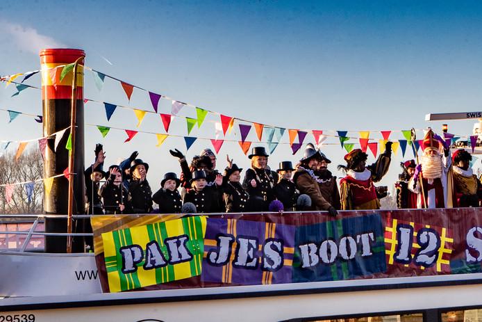 De pakjesboot van Sinterklaas met daarop acht jonge, vrouwelijke schoorsteenvegers, volgens de organisatie de eigen interpretatie van 'witte pieten'.