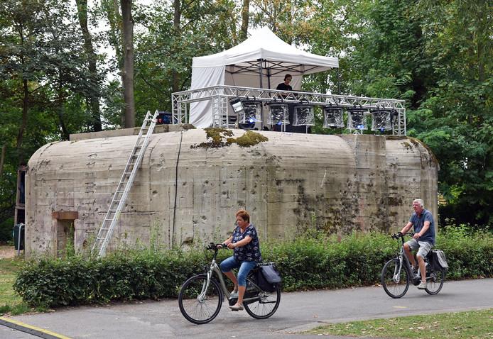 Eén van de bunkers van Groede Podium, tijdens familiefestival Bunkeren! vorig jaar. Zaterdag krijgen kinderen er een rondleiding en mini-graffitiworkshops.