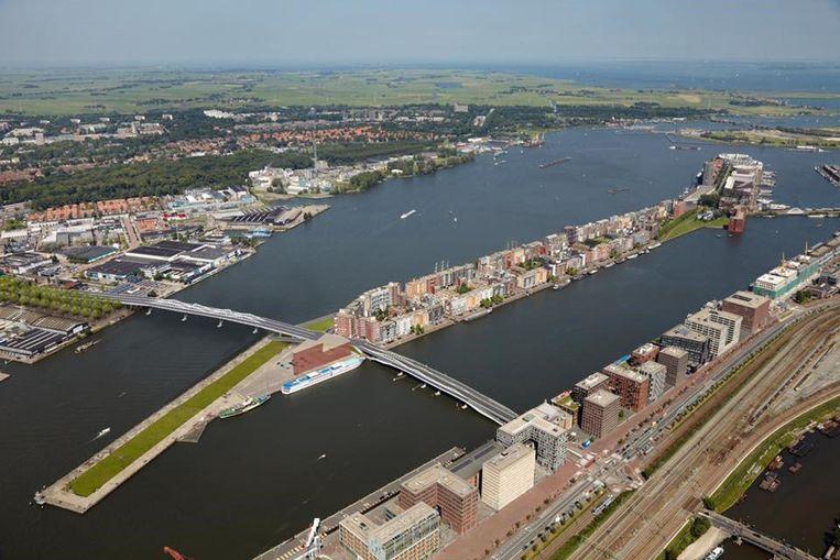 Artist's impression van het IJ in Amsterdam met fietsbrug ten oosten van Centraal Station. Beeld Xoomlab/Marco van Middelkoop