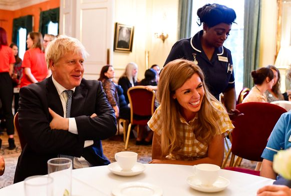 Carrie Symonds (hier bij een eerdere bijeenkomst rechts van Boris Johnson) is er niet bij in Frankrijk.