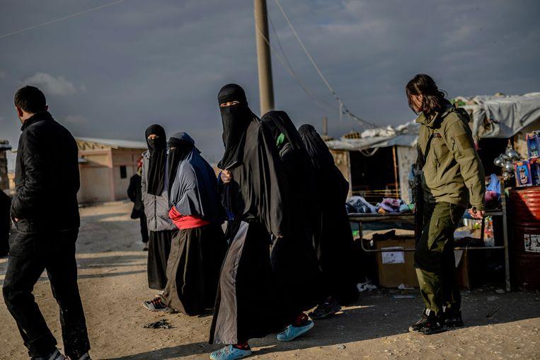 Gesluierde vrouwen - vermoedelijk gelieerd aan IS - in een gevangenenkamp te Syrië.