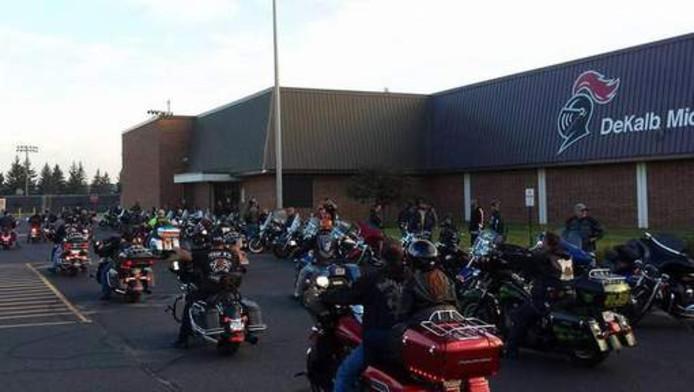 De motorrijders hebben zich verzameld bij de Dekalb Middle School, de school van Phil.