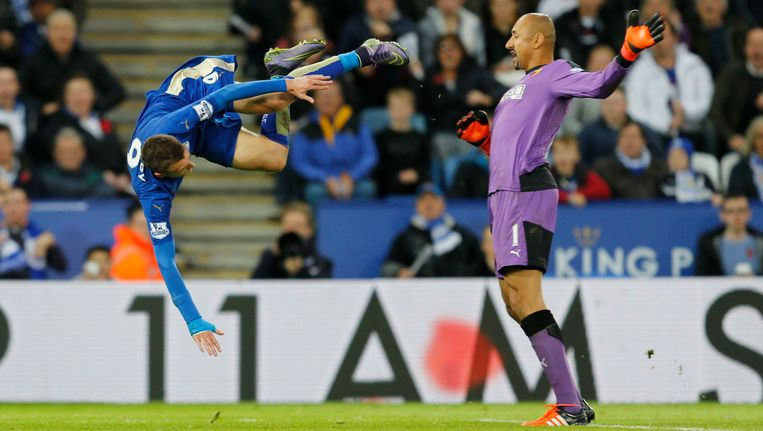 Ex-PSV'er Gomes haalt Vardy opzichtig neer: penalty.