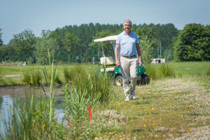 Arthur Simons, beheerder Galecop Golf in Nieuwegein, bij een van de vijvers op het complex.