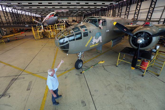 Gerard Moggré (in het toestel) van de Stichting Koninklijke Luchtmacht Historische Vlucht in de hanger op vliegbasis Gilze-Rijen.